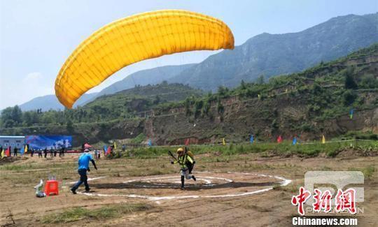 滑翔伞飞行起源于七十年代的欧洲一项航空体育运动,该项运动是从山坡滑行起飞利用动力气流热气流进行高度远距离翱翔一项新兴运动项目。 刘小红 摄
