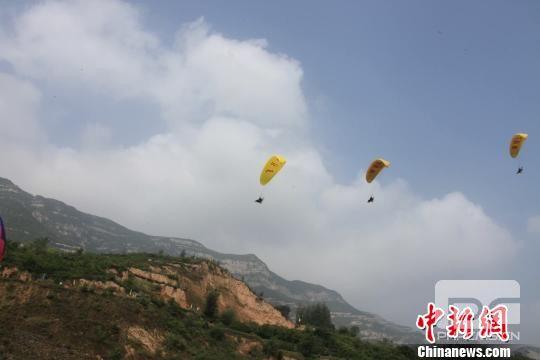 7月14日至15日,来自中国各地的30名滑翔伞运动员齐聚太原市崛围山飞行营地参加比赛,比赛项目分为滑翔伞定点赛和滑翔伞留空赛两部分。 山西省旅发委供图 摄